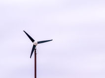 Turbine de vent d'isolement de trois lames Images stock