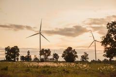 Turbine de vent dans le coucher du soleil Photo libre de droits
