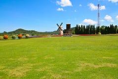Turbine de vent dans le domaine vert image libre de droits