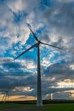 Turbine de vent dans un ciel dramatique photographie stock libre de droits