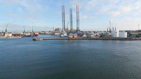 Turbine de vent de reflux dans proche du port de Frederikshavn (Le Danemark) clips vidéos
