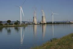 Turbine de vent et tour de refroidissement nucléaire Photo stock