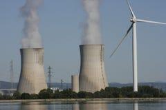 Turbine de vent et tour de refroidissement nucléaire Photos stock