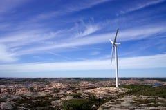 Turbine de vent géante dans un paysage cliffy plat image stock