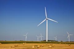 Turbine de vent sur le champ d'agriculteur Photographie stock