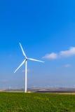 Turbine de vent sur le pré sur le fond des cieux Pict coloré photographie stock