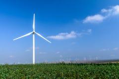 Turbine de vent sur le pré sur le fond des cieux Pict coloré photos stock