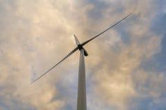 Turbine de vent un jour nuageux image libre de droits