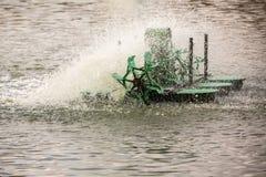 Turbine de Ydraulic/l'oxygène turbine d'aérateur un dispositif pour l'oxygénation de l'eau dans l'étang, lac, piscine de nature Photos libres de droits