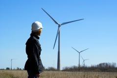 Turbine dell'assistente tecnico e di vento della donna Fotografie Stock