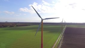 Turbine di vento, campo giallo stock footage