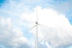Turbine di vento, campo giallo Vento di ecologia contro il fondo del cielo nuvoloso con la c immagini stock