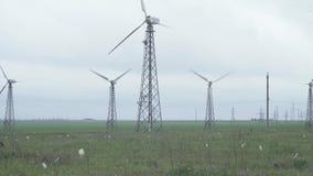 Turbine di vento che generano potenza video d archivio