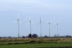 Turbine di vento contro cielo blu Immagine Stock Libera da Diritti
