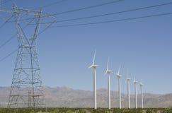 Turbine di vento e torretta elettrica della trasmissione Immagini Stock