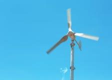 Turbine di vento nel campo verde Fotografia Stock Libera da Diritti