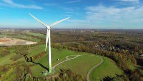Turbine di vento nel campo verde stock footage