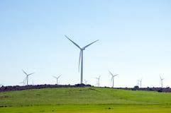 Turbine di vento nel campo verde Fotografie Stock