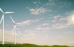 Turbine di vento nel campo verde fotografie stock libere da diritti