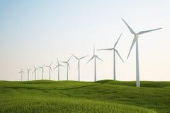 Turbine di vento sul campo di erba verde Fotografie Stock Libere da Diritti