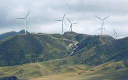 Turbine di vento sul pendio di collina Fotografia Stock