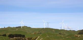 Turbine di vento sul terreno coltivabile di rotolamento Immagini Stock