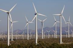 Turbine di vento sull'azienda agricola del mulino a vento di energia alternativa Fotografia Stock Libera da Diritti