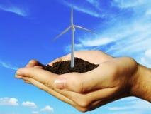 Turbine eolic de vent dans des mains image libre de droits
