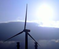 Turbine et cheminées de vent avec le soleil intense de matin Photo stock