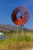 Turbine rosse per l'acqua e la laguna della pompa Fotografia Stock