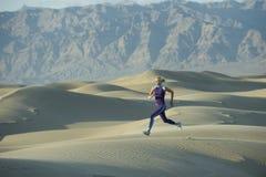 Turbine sur des dunes de sable photos libres de droits