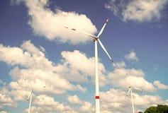 Turbine of windmolen blauwe hemelachtergrond Alternatieve energiebron Ga groene eco vriendschappelijke technologie Schone brandst royalty-vrije stock fotografie