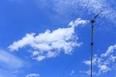Turbinenbeitrag mit blauem Himmel lizenzfreie stockfotos