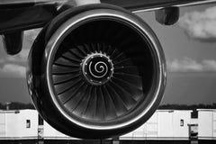 Turbinenflugzeuge schließen oben unter dem Flügel Lizenzfreie Stockfotos