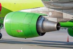 Turbinentriebwerk des modernen Handelspassagierflugzeugs auf Flugplatz Reise- und Ferienkonzept Luftfahrt und Transport stockfotografie