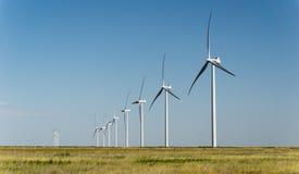 Turbiner för vindlantgård i rad Fotografering för Bildbyråer