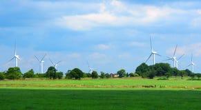 Turbiner för vindlantgård på horisonten Yorkshire England Arkivfoto