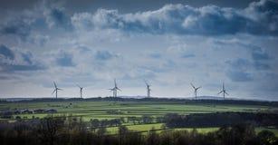 Turbiner för vindlantgård på horisonten Yorkshire England Royaltyfria Bilder