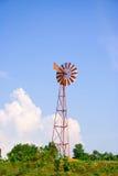 Turbiner konverterar vindenergi in i elektricitet. Royaltyfri Foto