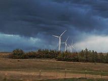 Turbiner mot åskastorm arkivbild