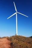 Turbines de ferme de vent sur les terres cultivables espagnoles Photographie stock libre de droits