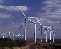 Turbines de vent à côté de ruelle de pays Image stock