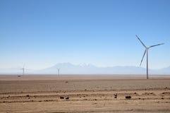 Turbines de vent à côté de la route, Calama, Chili Photographie stock