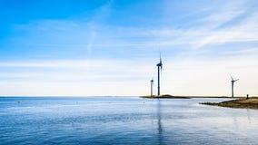 Turbines de vent à l'admission d'Oosterschelde à l'île de Neeltje Jans à la barrière de montée subite de tempête de travaux de de images stock