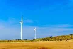 Turbines de vent à l'admission d'Oosterschelde à l'île de Neeltje Jans à la barrière de montée subite de tempête de travaux de de photos stock