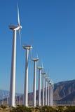 Turbines de vent à la ferme de moulin à vent d'énergie de substitution  Photos libres de droits