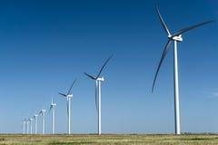 Turbines de vent à une ferme de vent dans une rangée Photos stock