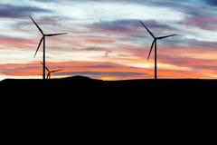 Turbines de vent électrique, éclairant à contre-jour photographie stock