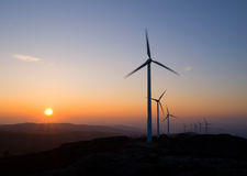 Turbines de vent au coucher du soleil Photo stock
