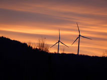 Turbines de vent au lever de soleil en montagnes du Vermont Image stock